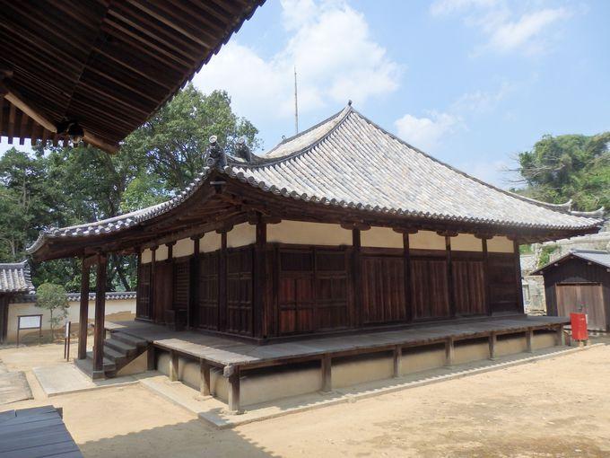 優美な屋根の曲線美に注目!国の重要文化財に指定されている本堂