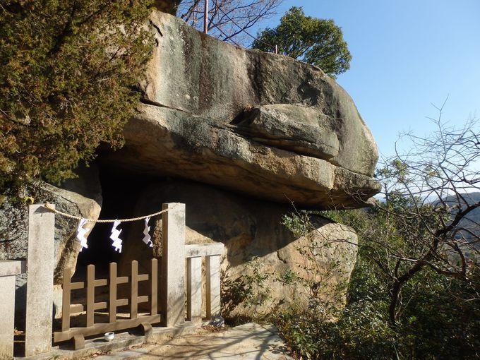 八畳岩の側面に見られる岩窟