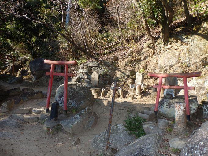 原始的な信仰の形態を残す奥の院への山道