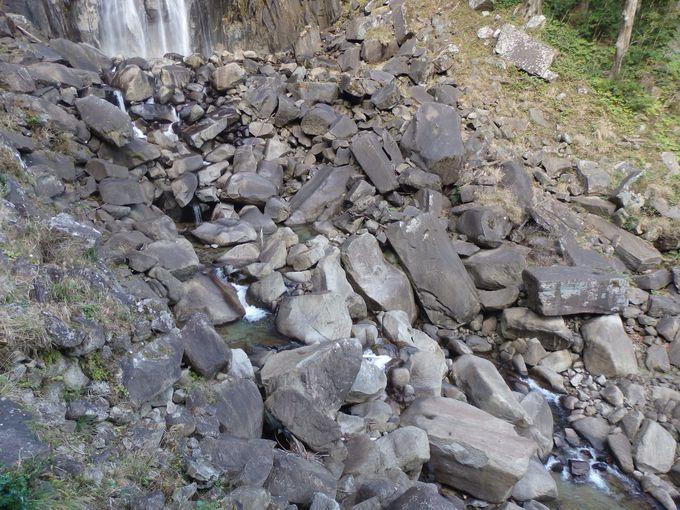 巨石がゴロゴロ!滝壺周辺の様子