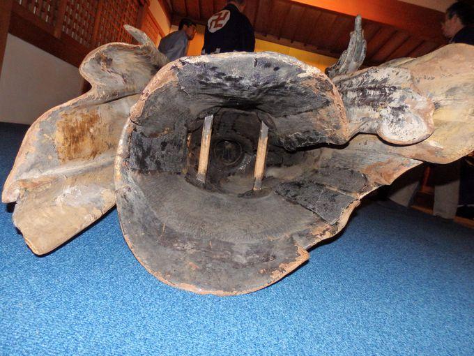 内部はこうなっている!角材がわたされた被仏の内部