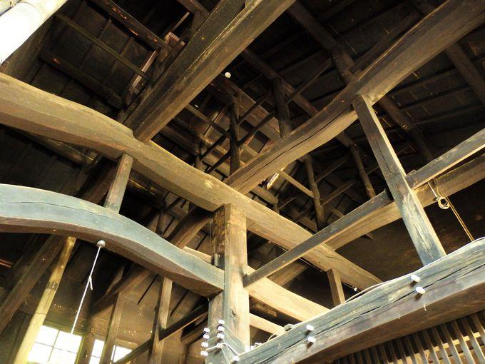 豪壮な天井を見上げよう!母屋の天井にわたされた梁