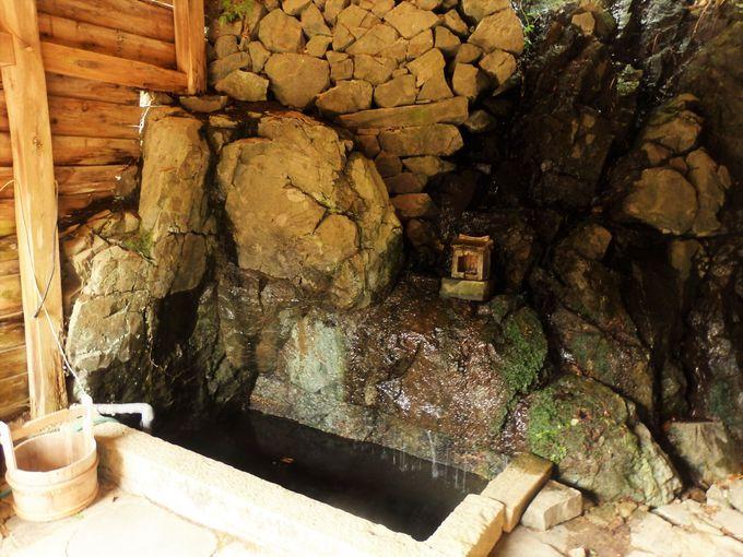 巨大鍾乳洞に続く穴は存在する?背面の岩肌から流れだす湧き水