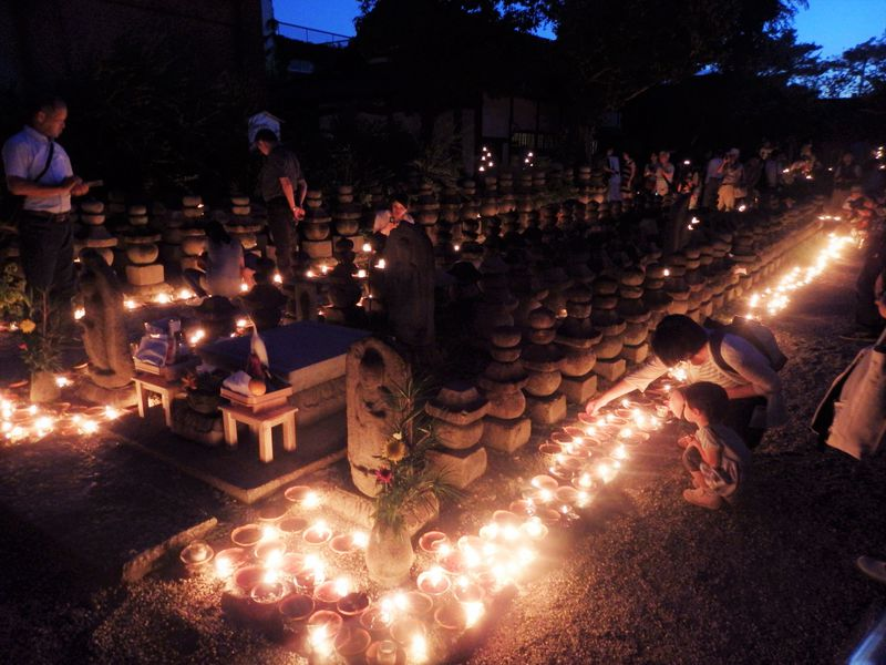 光の道が夕闇迫る境内を彩る!奈良市の世界遺産「元興寺地蔵会」