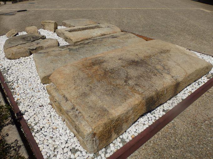「まほらしろやま」前に展示された石室の天井石