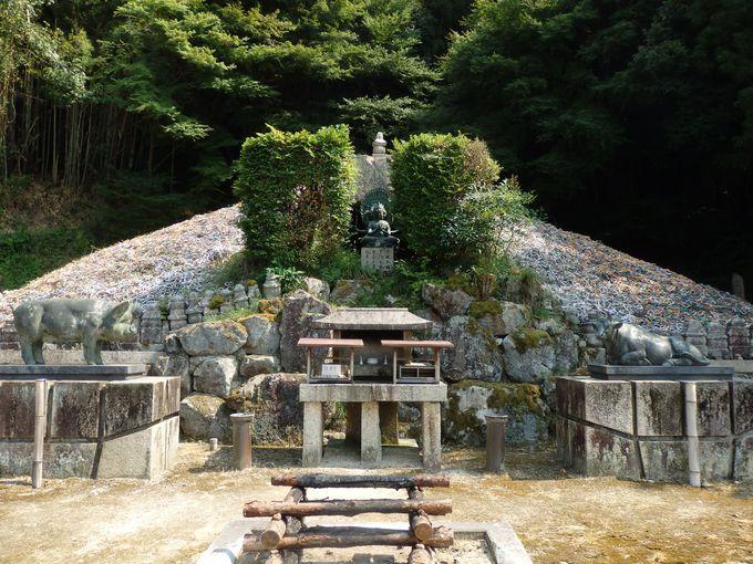 吉備津神社から徒歩数分のところに位置する「鼻ぐり塚」
