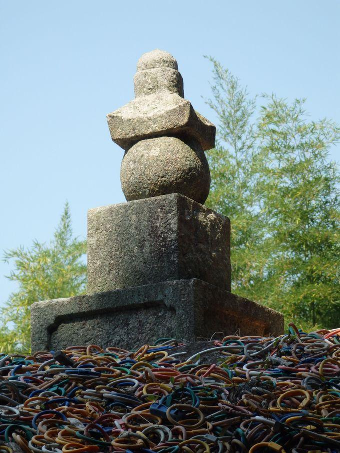 塚らしさを演出する石塔