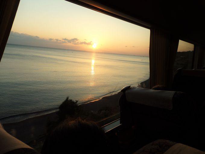 車窓からの眺めも楽しもう!太平洋に沈む夕日