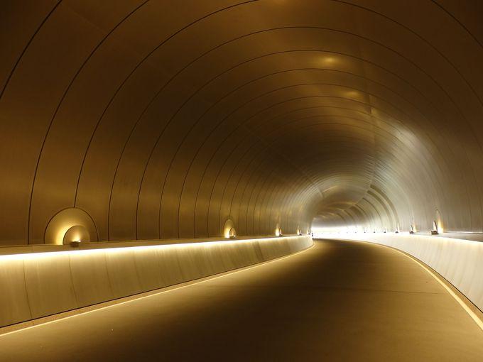 光の先にはいったい何が……?。想像力を喚起する道中のトンネル