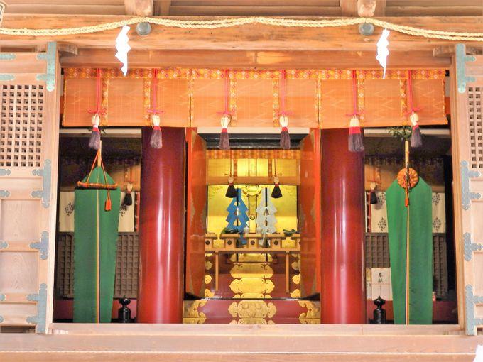 内部構造も特異!拝殿から眺めた内部の様子