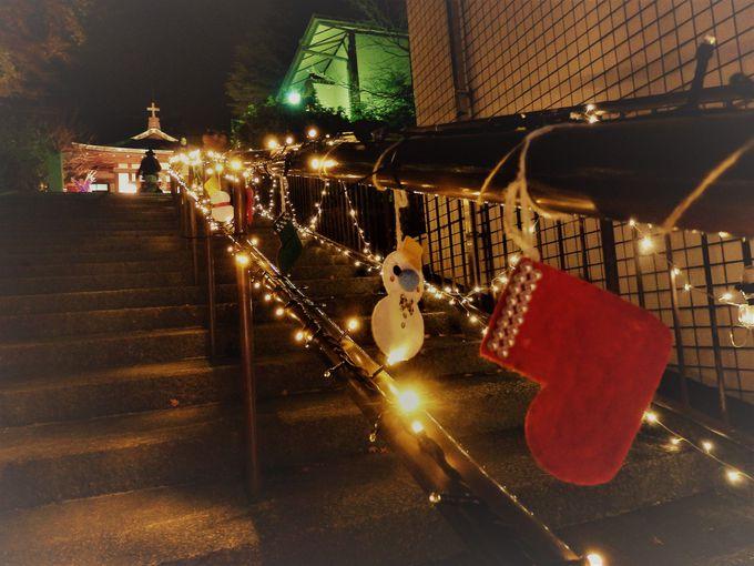 礼拝堂へと続く階段の手すりに取り付けられたイルミネーション
