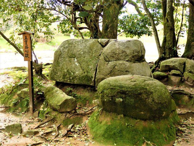 往時をしのぶ礎石の数々
