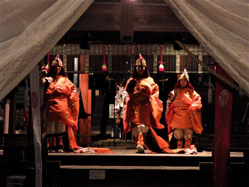 秋の夜長に雅な舞いを!奈良・氷室神社の「夕座舞楽」