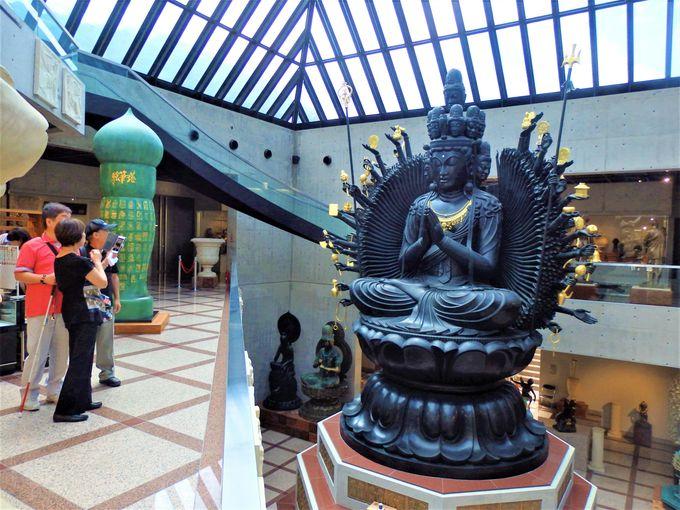 さらにビックリ!なぜかたくさん展示されている仏像群