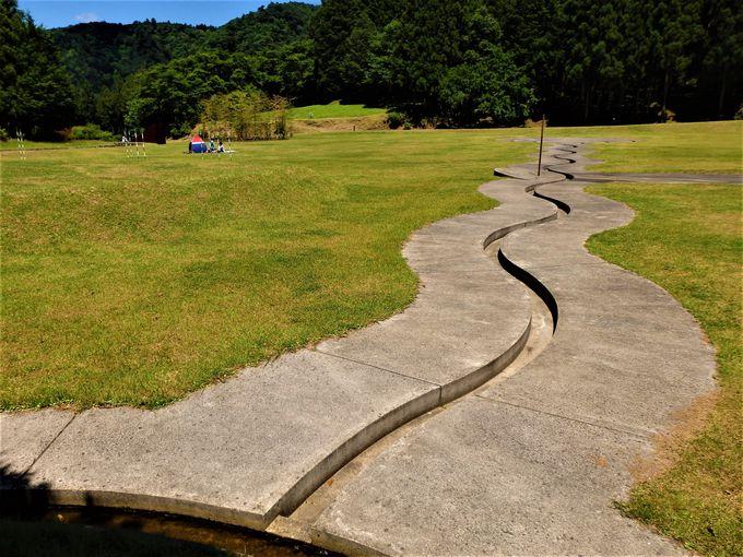 謎の地上絵?水の流れる「螺旋の水路」