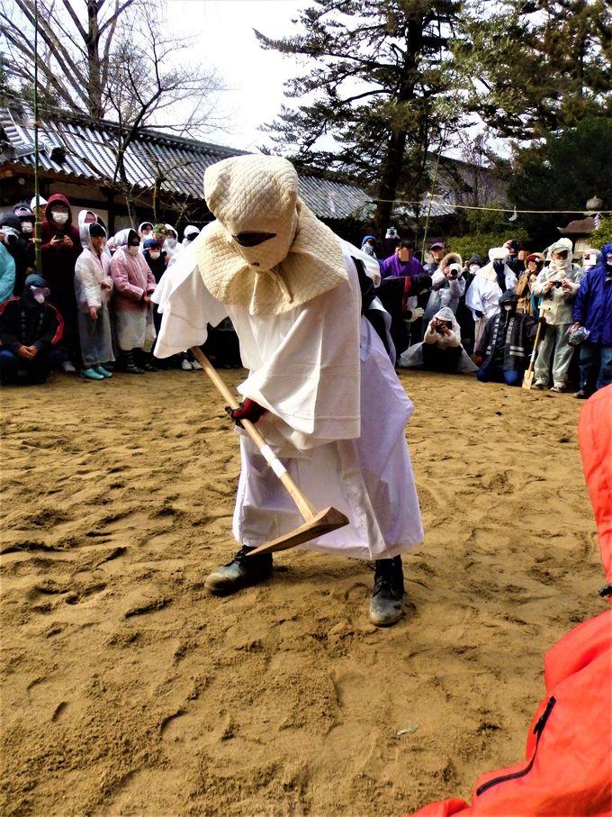 農耕儀礼の所作から砂かけへ!雨に見立てた砂の掛け合い