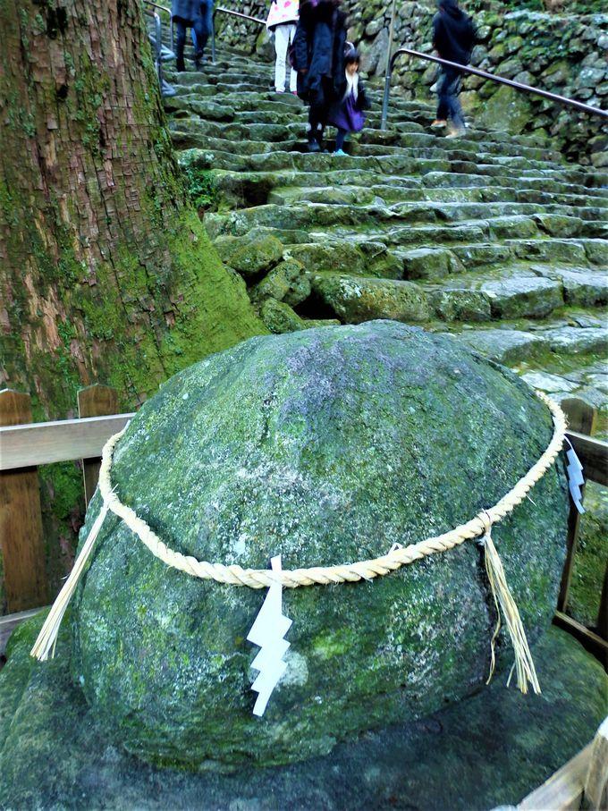 こちらも霊験あらたか!境内の「光ヶ峯遥拝石」