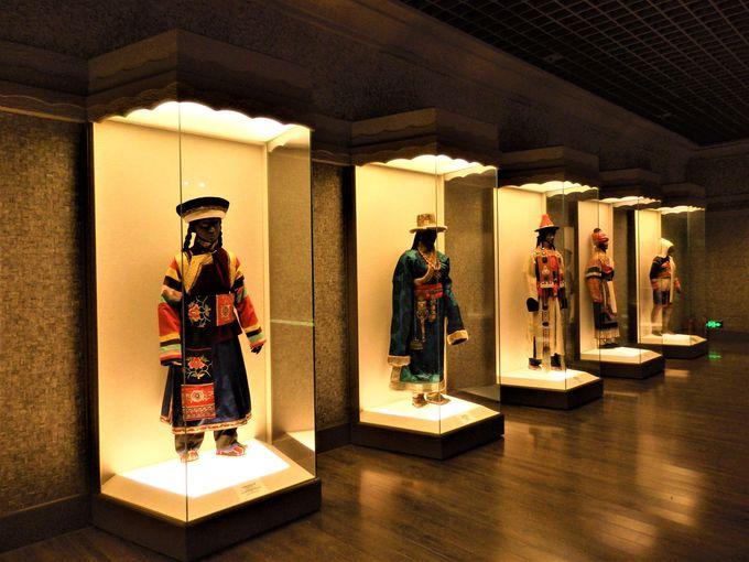 中国ならではの玉器や多民族国家としての中国を伝える民族衣装や仮面の数々
