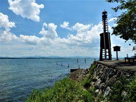 琵琶湖で唯一!珍しい木造灯台が湖面を照らす滋賀「出島灯台」