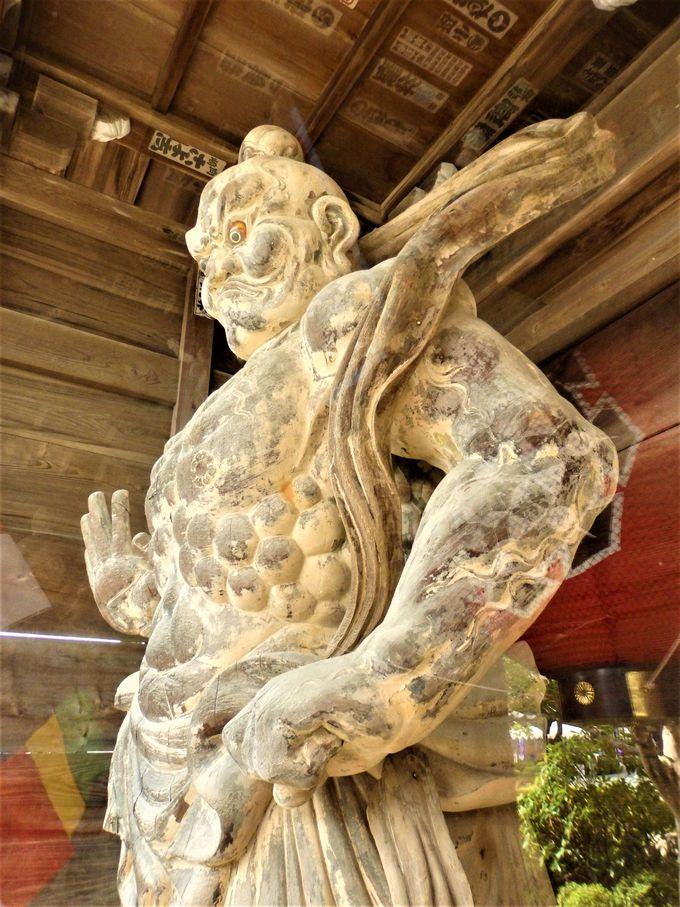 御本尊をはじめとしてたくさんの仏像が安置されている収蔵庫