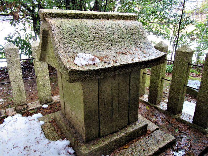 鬼室集斯の墓?本殿とその背後にある石祠