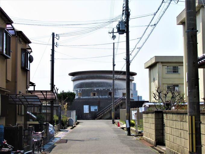 住宅街の向こうに現れるシュールな光景!前浜に立つ「西宮砲台」