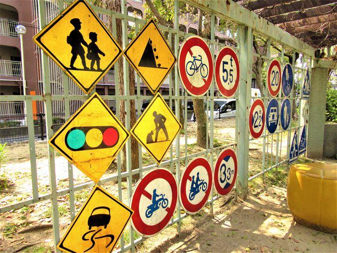 こんなものまで!?林立する道路標識