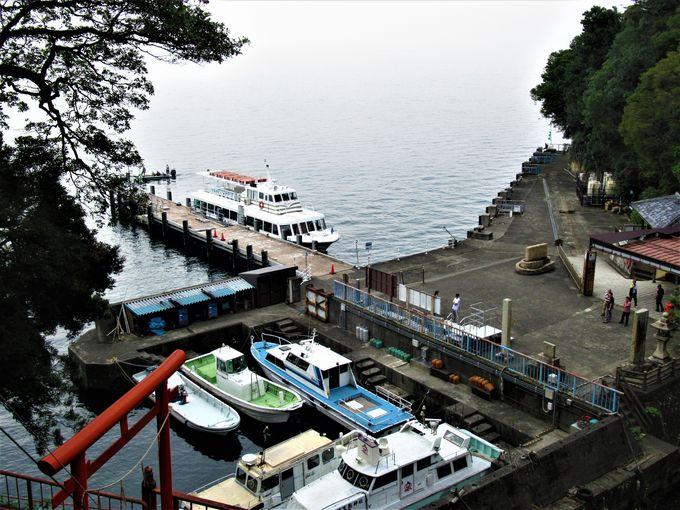 歴史的建造物が立ち並ぶ竹生島