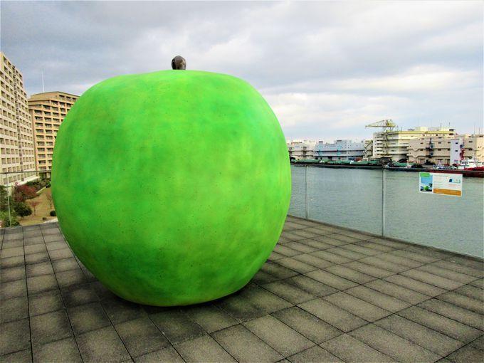 屋外に置かれた「青いリンゴ」