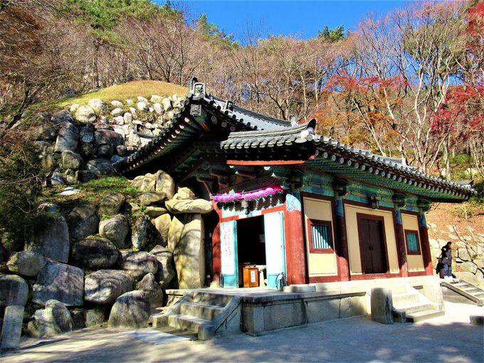 壮大な石の造型!吐含山の山頂に位置する「石窟庵」
