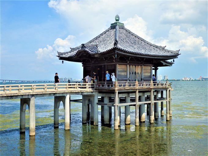 「近江八景」の一つである大津市の「満月寺(浮御堂)」