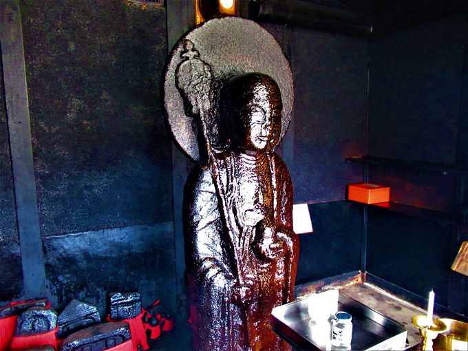 油まみれ!奈良市古市町の「油掛地蔵尊」