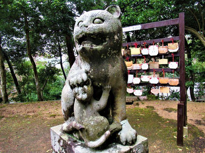 親子猫の造型が珍しい!阿形の「狛猫」