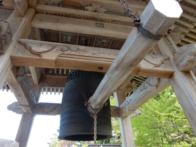 『鶴の恩返し』のストーリーが彫られている梵鐘(ぼんしょう)