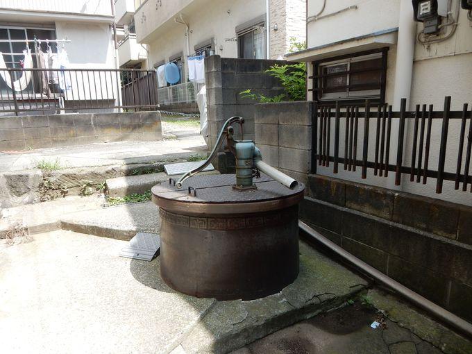 住宅地に残る「足洗いの井戸」と「足洗い川」