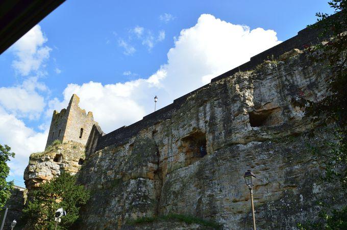 歴史を感じさせる自然に調和した城塞の風景