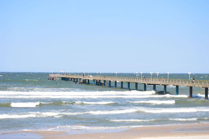 歴史的な建築の桟橋と海水浴様式ホテル