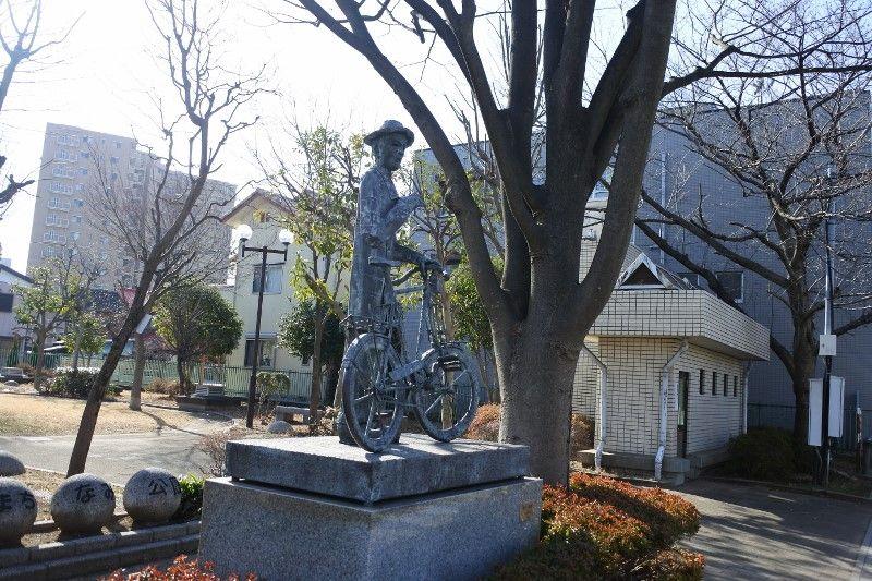 公園や路地に調和した彫刻も必見!