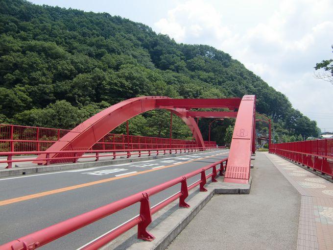 大間々駅から徒歩約5分、深紅の高津戸橋へ