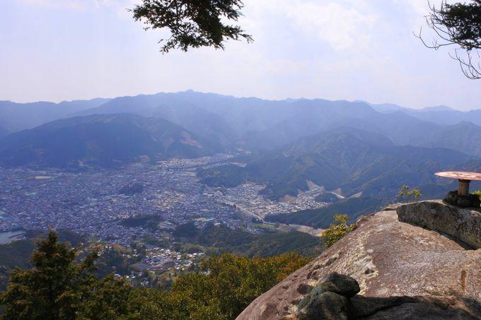 山頂の巨岩に圧倒される