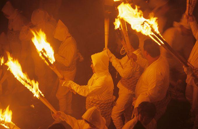 お燈祭は夜闇を炎の龍が駆け降りる
