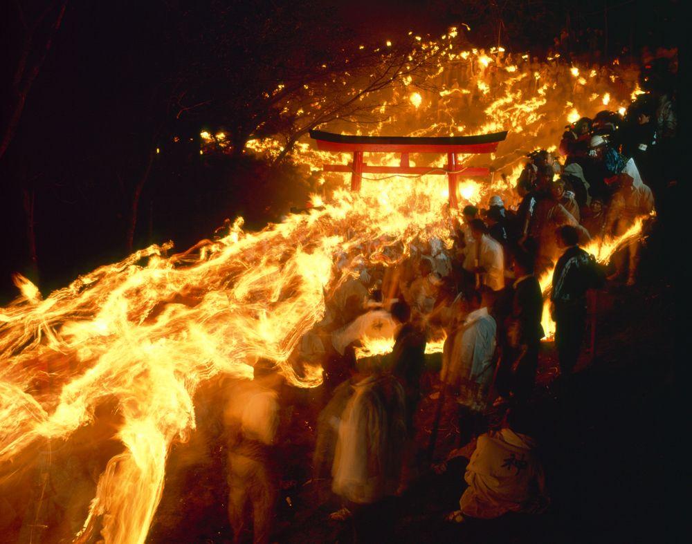 真冬の夜に炎が駆ける!熊野大神降臨の地・和歌山「神倉神社」のお燈祭