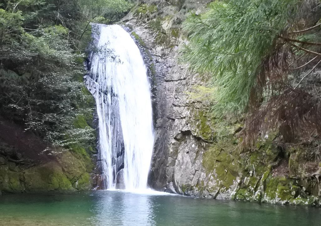 透き通る水を渡り聖なる滝へ