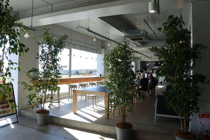 1階では海が見えるカフェで休憩や食事も