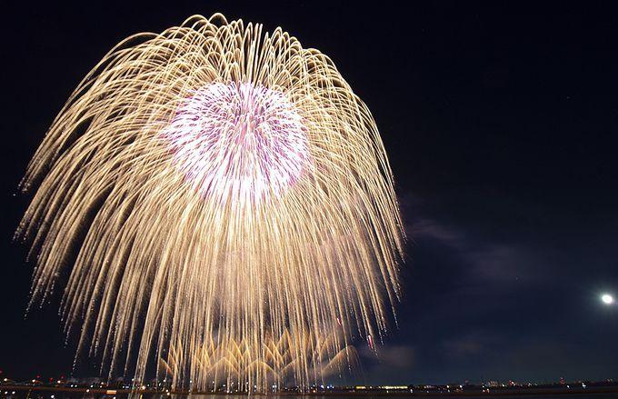 花火が夜空いっぱいに広がる二尺玉