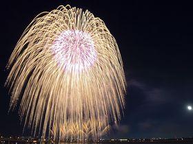 二尺玉や音楽コラボが圧巻!三重・桑名水郷花火大会は水映えも美しい