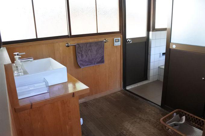 蔵も建つ広い中庭、バス・トイレもそれぞれの棟に