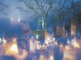 雪と笑顔がイルミに染まる「十和田湖冬物語」は雪遊びに花火も!