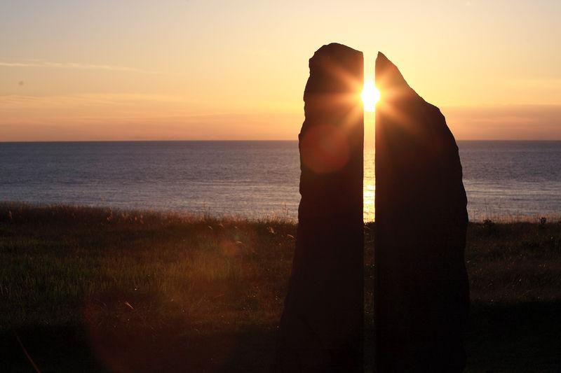 日本海に沈む夕陽がドラマチック!秋田「入道崎」でアートな夕景を