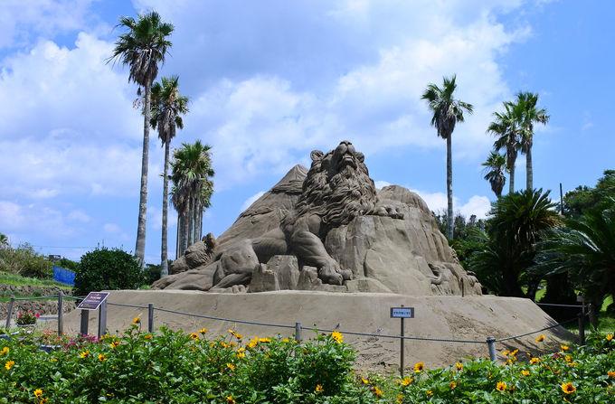 迫力ある砂像を見ながら園内散策